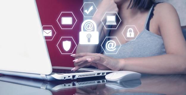 Femme à l'aide d'un ordinateur portable blanc. sécurité des e-mails