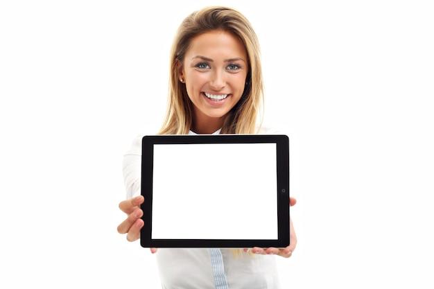 Femme à l'aide d'un ordinateur tablette numérique pc isolé sur fond blanc
