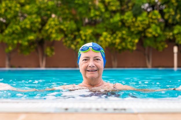 Femme aînée appréciant l'activité de pratiques en plein air dans la piscine