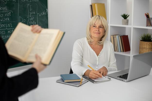 Femme aînée, attention, dans classe