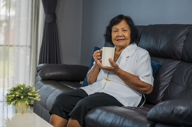 Femme aînée, boire, a, tasse eau