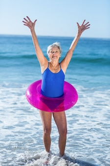 Femme aînée, à, bouée, lever bras