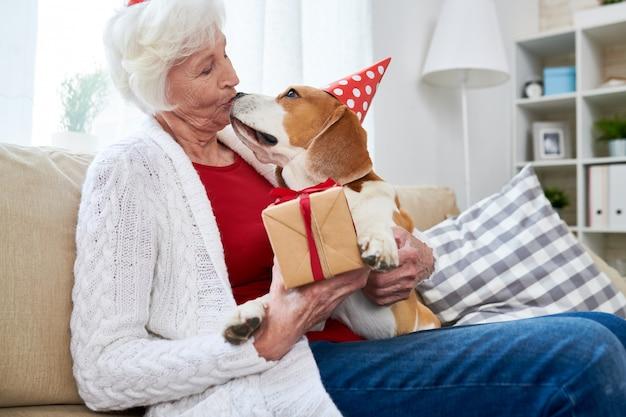 Femme aînée, célébrer, elle, chiens, anniversaire