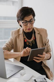 Femme aînée, à, collier, toucher tablette