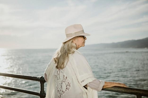 Femme aînée, debout, par, les, jetée