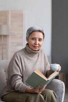 Femme aînée, délassant, chez soi