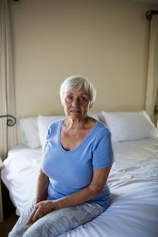 Femme aînée, délassant, dans, les, chambre à coucher, chez soi