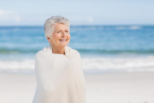 Femme aînée, délassant, plage
