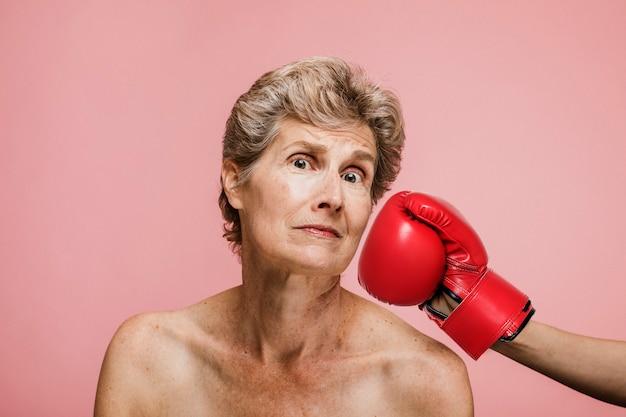 Femme aînée, être frappé, dans, figure