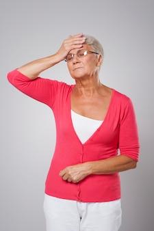 Femme aînée, à, forte fièvre