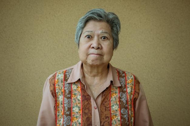 Femme aînée furieuse. femme âgée en colère.