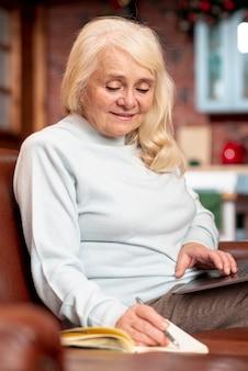 Femme aînée grand angle, prendre notes