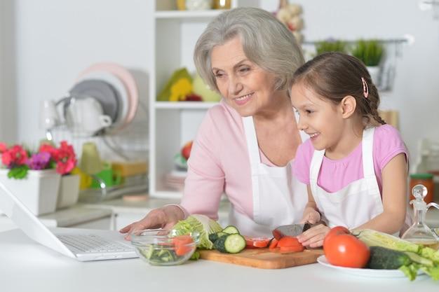 Femme aînée, à, petite-fille, cuisiner, dans, cuisine