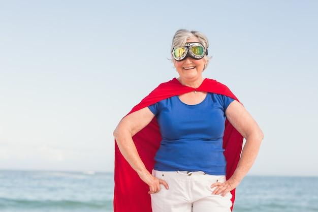 Femme aînée, porter, superwoman, custome