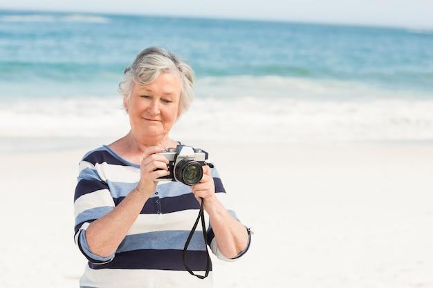 Femme aînée, prendre photo
