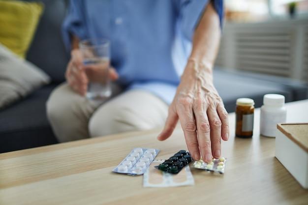 Femme aînée, prendre pilules