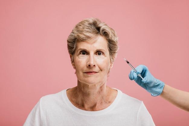 Femme aînée recevant une injection de botox