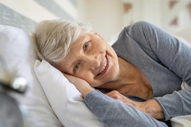 Femme aînée, reposer lit