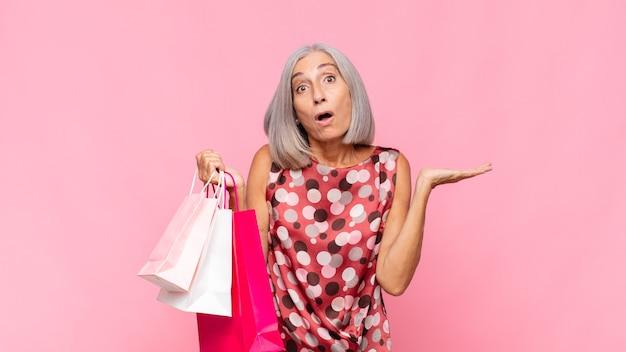 Femme aînée, à, sacs provisions