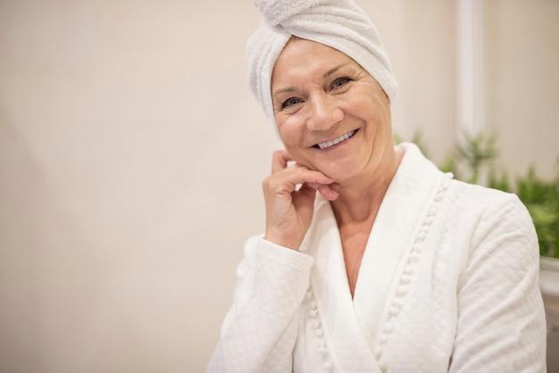 Femme aînée, à, serviette, sur, elle, cheveux