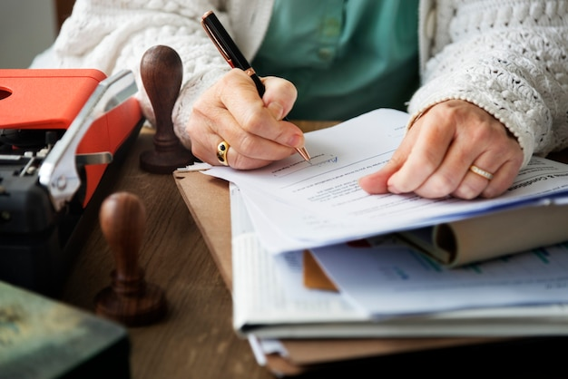 Femme aînée signant un contrat