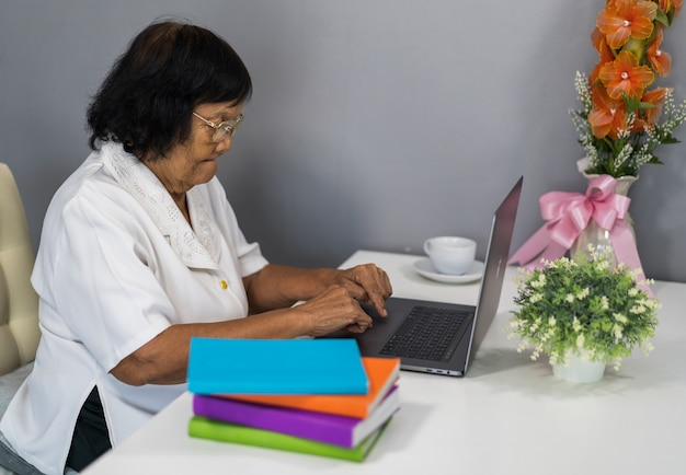Femme aînée, travailler, sur, ordinateur portable