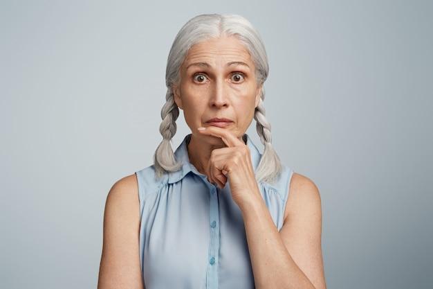 Femme aînée, à, tresses, habillé, dans, chemisier bleu