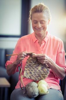 Femme aînée, tricot, laine