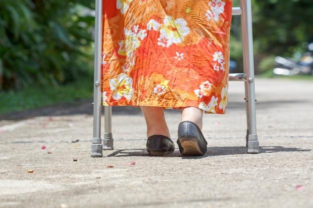 Femme aînée, utilisation, a, marcheur, rue croisée