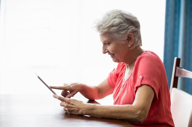 Femme aînée, utilisation, a, tablette