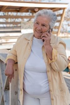 Femme aînée, vivant, dans, ville