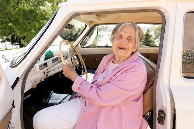 Femme aînée voyageant seule en voiture