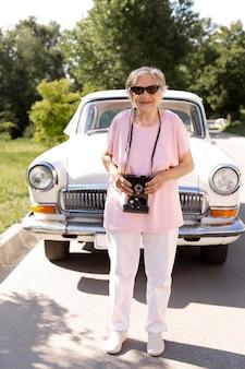 Femme aînée voyageant seule