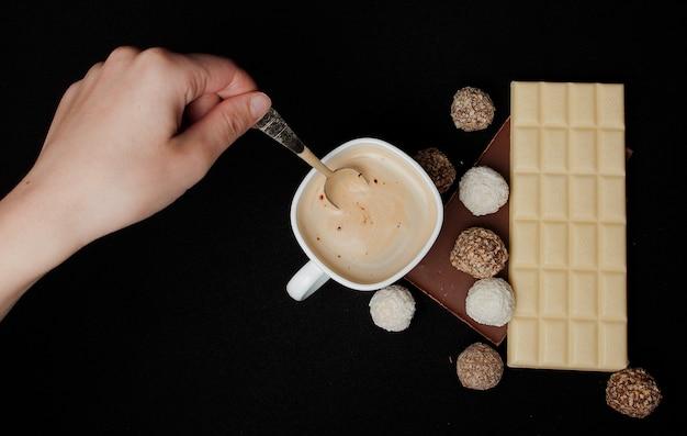 Femme ajoutant du sucre dans le café au café