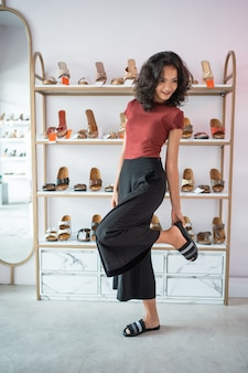 Femme, ajustement, chaussures, magasin