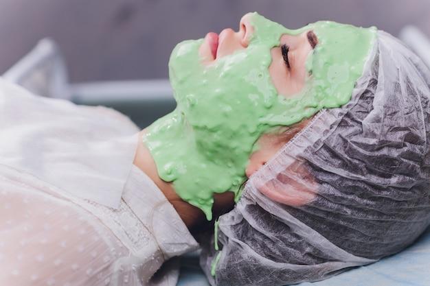 Femme, à, algue, crème, traitement, pour, peau