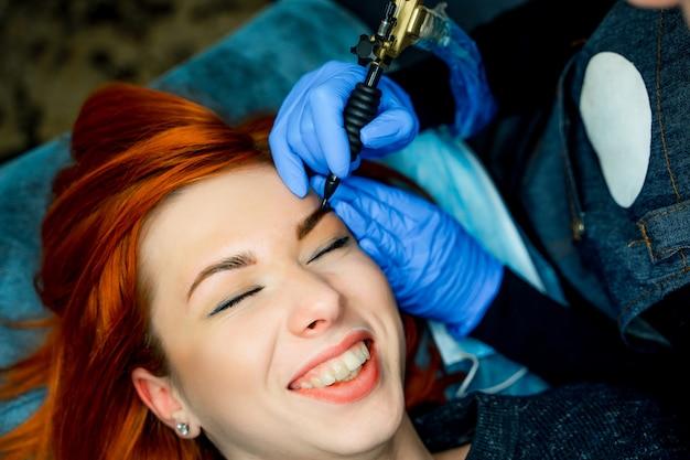 Femme allongée sur le canapé au salon de beauté avec les yeux fermés et souriant.