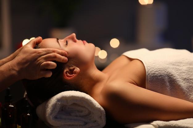 Femme allongée sur le canapé sur le dos avec les yeux fermés et profiter.