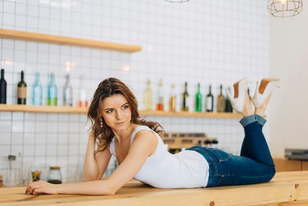 Femme allongée sur le comptoir