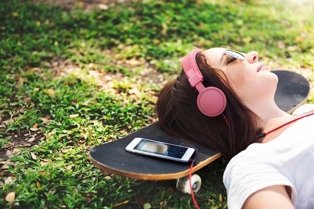 Femme allongée dans le parc, concept de relaxation