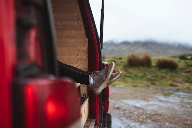Femme allongée dans son camping-car