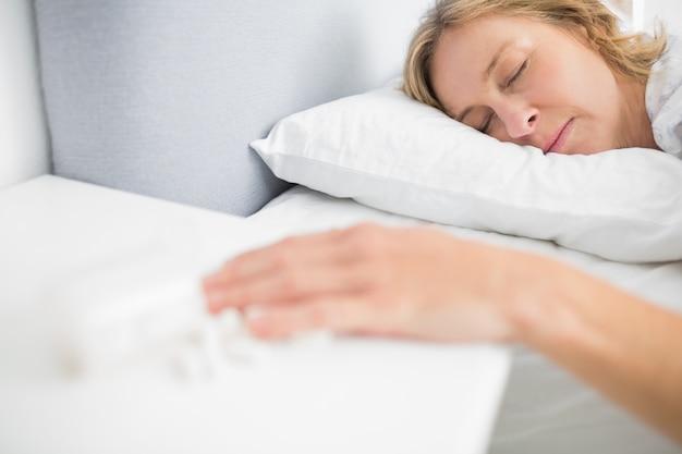 Femme allongée immobile après une surdose de pilules
