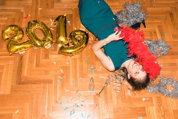 Femme allongée sur le sol avec inscription 2019