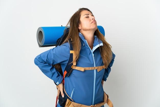 Femme d'alpiniste d'âge moyen avec un gros sac à dos isolé