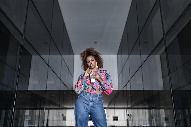 Femme américaine africaine, à, boisson à emporter, dans, ville