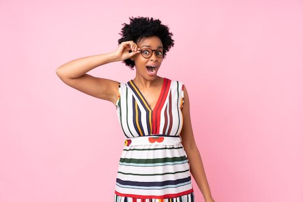 Femme américaine africaine, isolé, à, lunettes, surpris