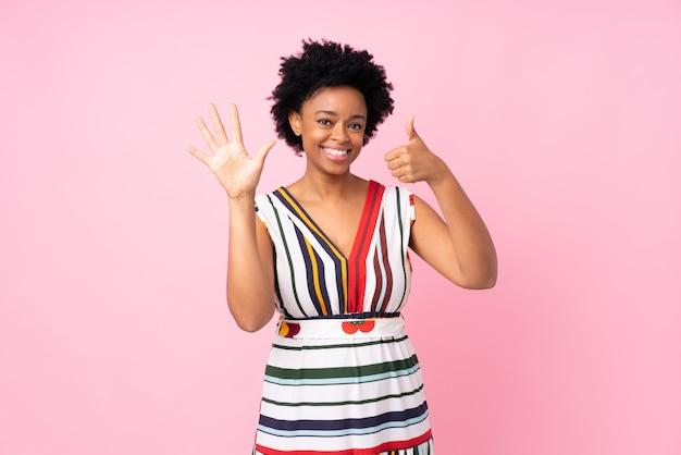 Femme américaine africaine, sur, mur rose