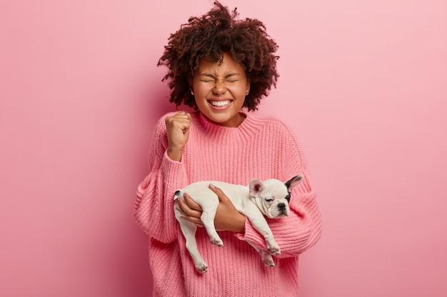 Femme américaine africaine, porter, chandail rose, tenue, chiot