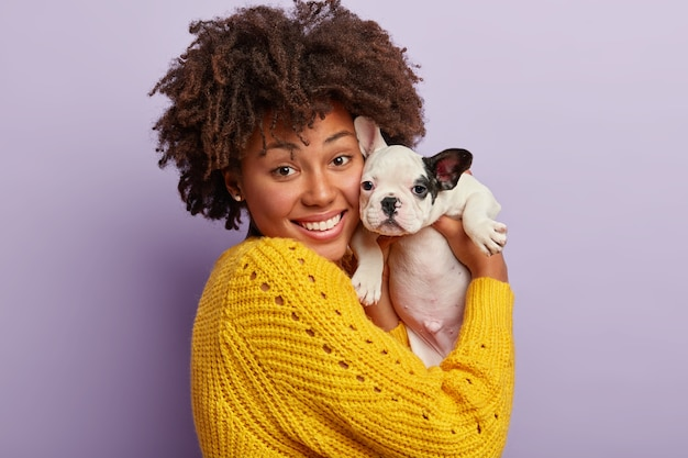Femme américaine africaine, porter, jaune, chandail, tenue, chiot