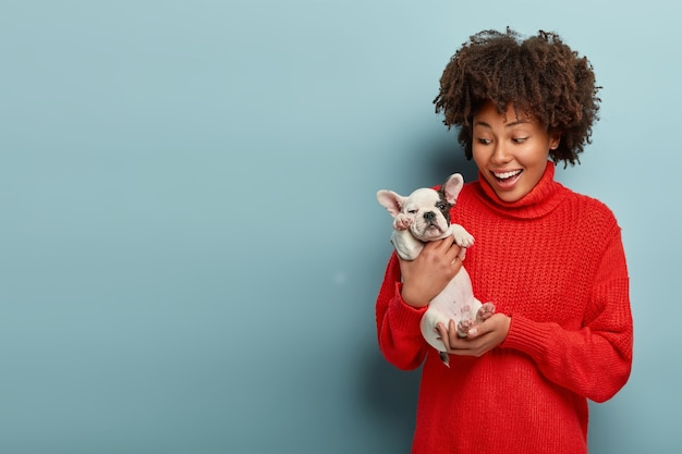 Femme américaine africaine, porter, pull rouge, tenue, chien